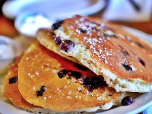 hot cakes con frutos del bosque