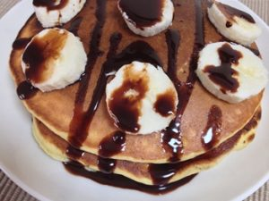 hot cakes con sirope de chocolate y platano